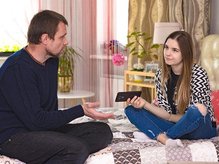 Une dispute éclate si votre conjoint est trop strict avec votre adolescente.