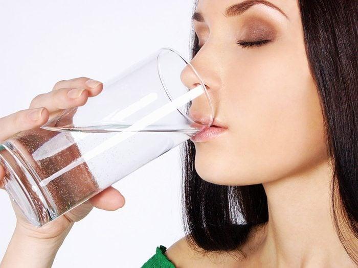 L'eau gazeuse est peut-être savoureuse à boire, mais pas si bon pour les dents.