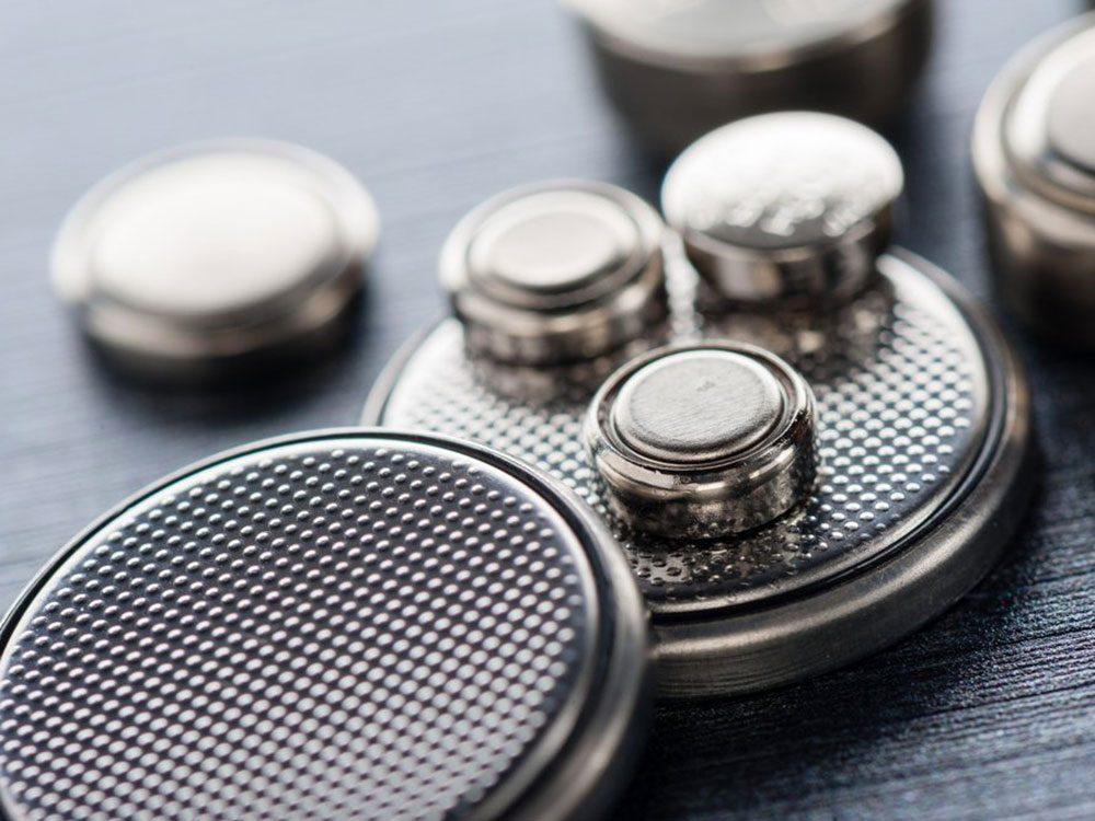 Faites attention attention aux piles boutons pour éviter un empoisonnement.