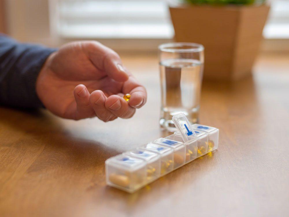 Demandez aux visiteurs de bien ranger leurs médicaments pour éviter un empoisonnement.