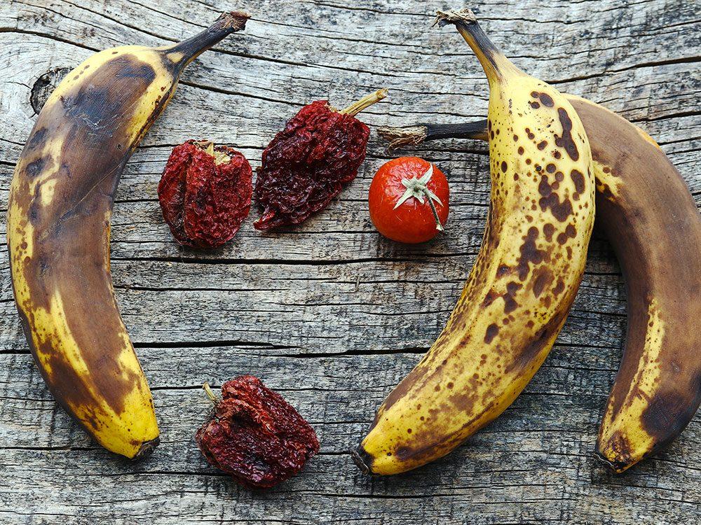 Jetez tout aliment qui sent mauvais ou qui a changé de couleur pour éviter une intoxication alimentaire.