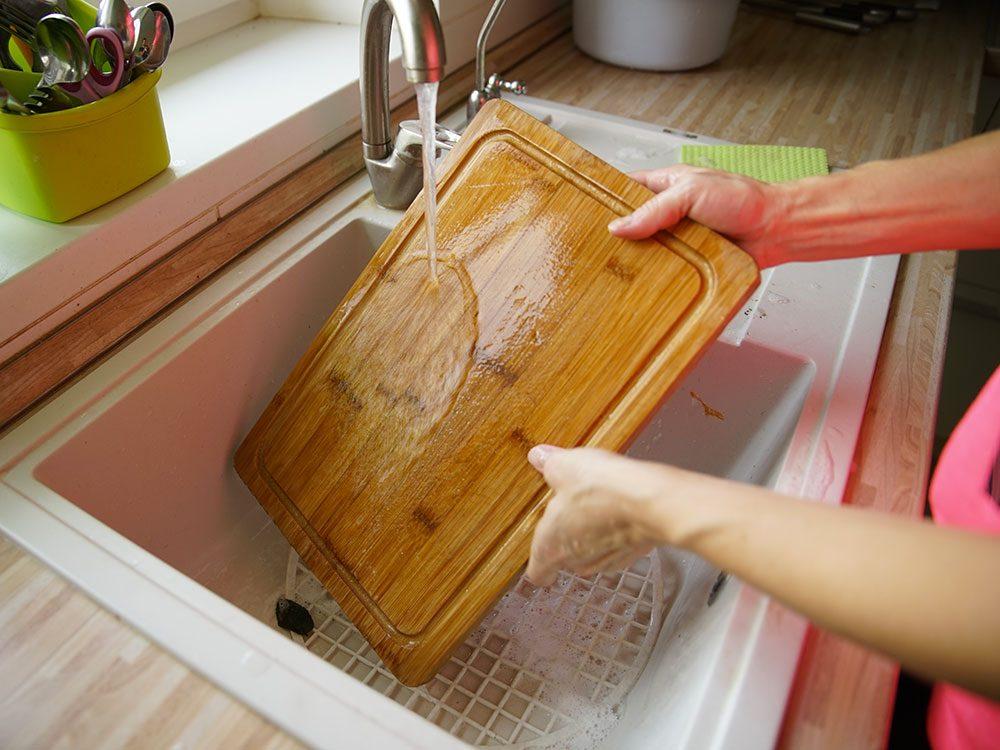 Laver soigneusement à l'eau chaude savonneuse les surfaces de préparation, y compris les planches de découpe pour éviter l'intoxication alimentaire.