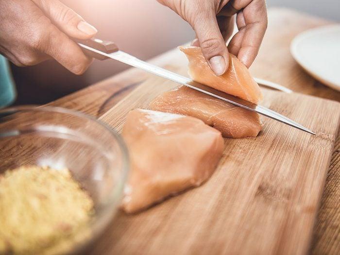 Garder la viande crue à part et séparer les féculents des produits laitiers pour prévenir la contamination croisée et l'intoxication alimentaire.