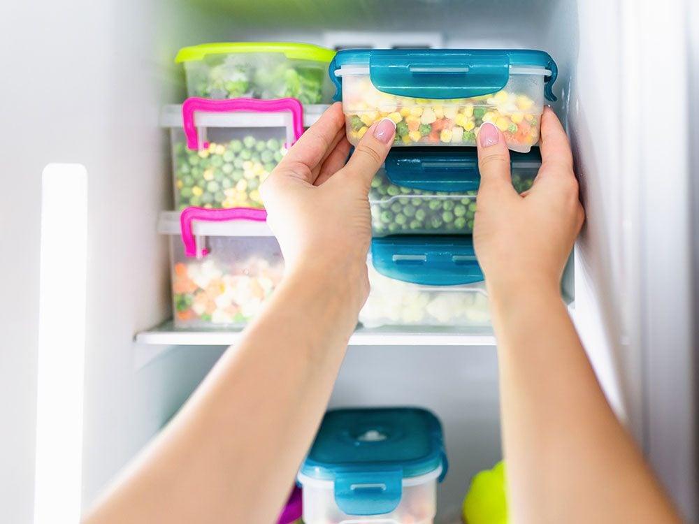 Gardez les aliments au réfrigérateur pour éviter une intoxication alimentaire.