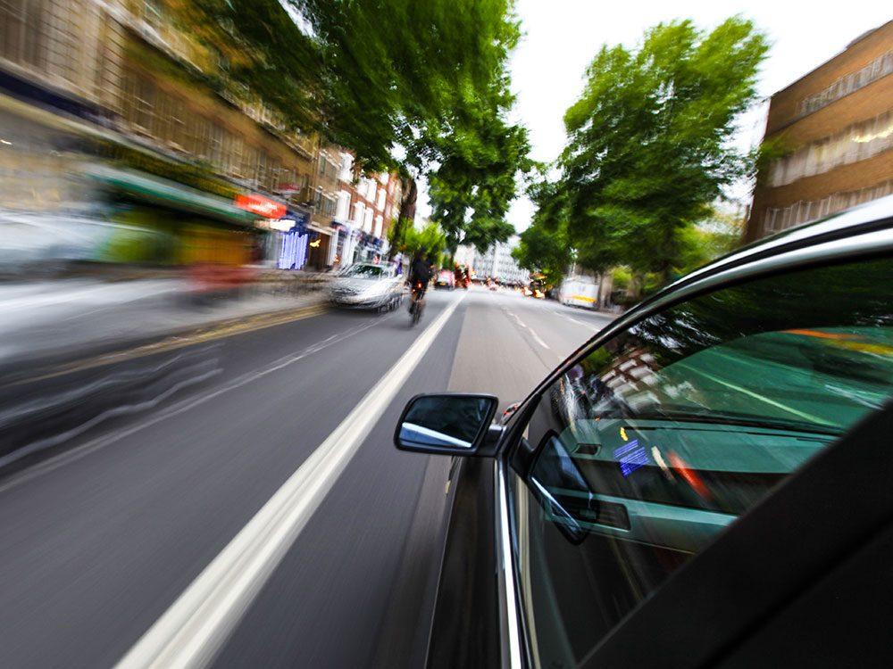 On ne regarde pas toujours le véhicule en mouvement, mais le système vestibulaire en prend acte, ce qui nous donne le mal des transports.