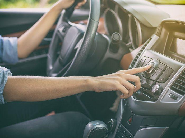 La musique calme peut réduire la rage au volant.