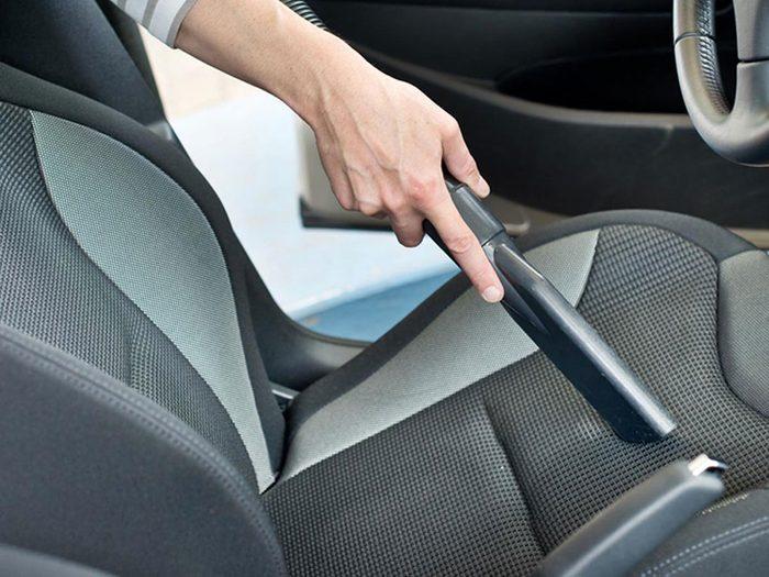 Nettoyer la maison: du bicarbonate de soude pour les sièges d'auto et les tapis.