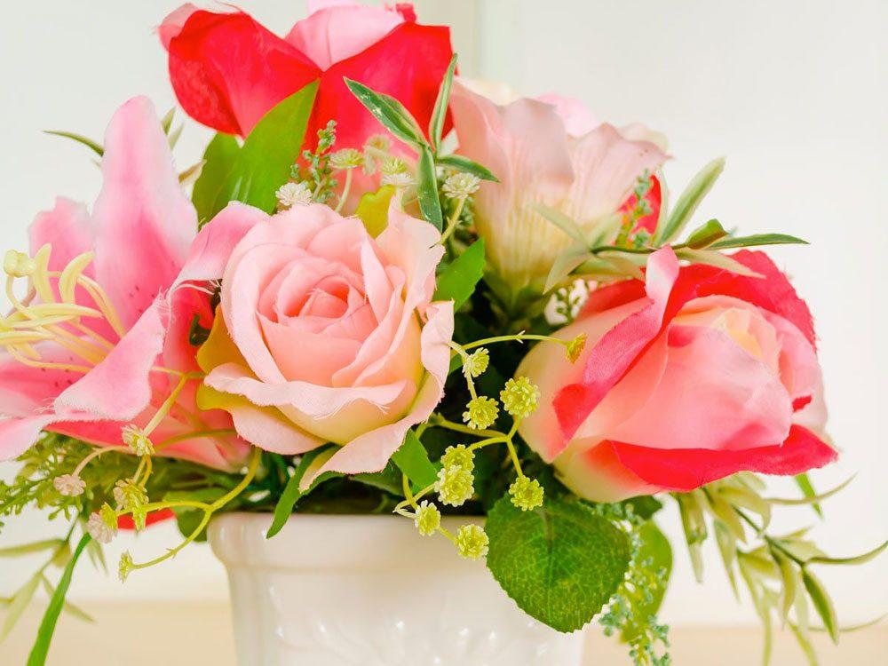 Nettoyer la maison: de l'eau chaude et du détergent à vaisselle pour les fleurs artificielles.