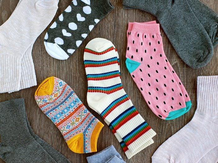 Nettoyer la maison: une vieille chaussette contre la poussière.