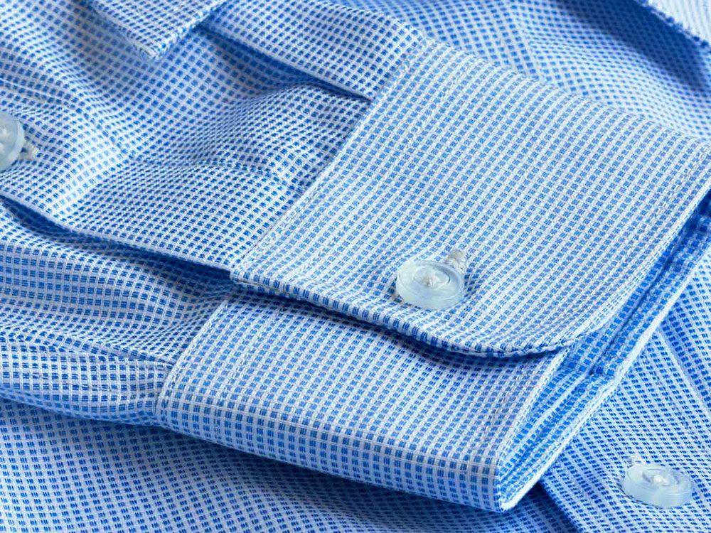 Nettoyer la maison: boutonner les manchettes à l'avant des chemises pour éviter les noeuds.