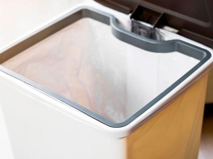 Nettoyer la maison: utilisez la corbeille comme seau pour nettoyer la pièce.