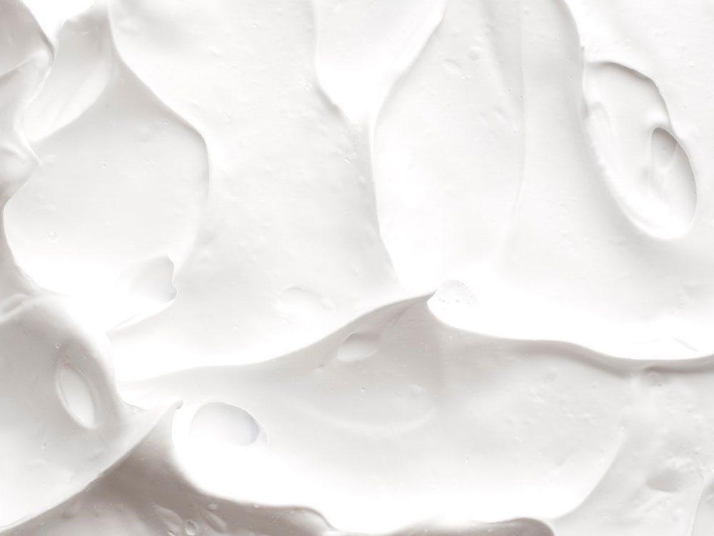 Nettoyer la maison: de la crème à raser pour miroir.