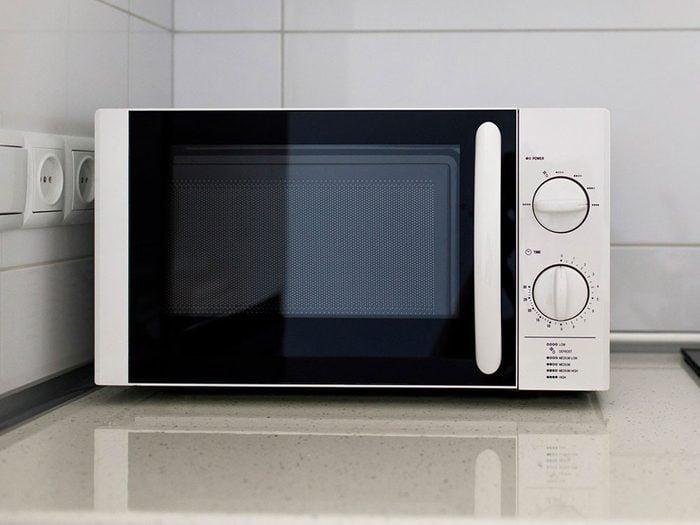 Nettoyer la maison: jus de citron ou de bicarbonate de soude dans un bol pour le micro-ondes.