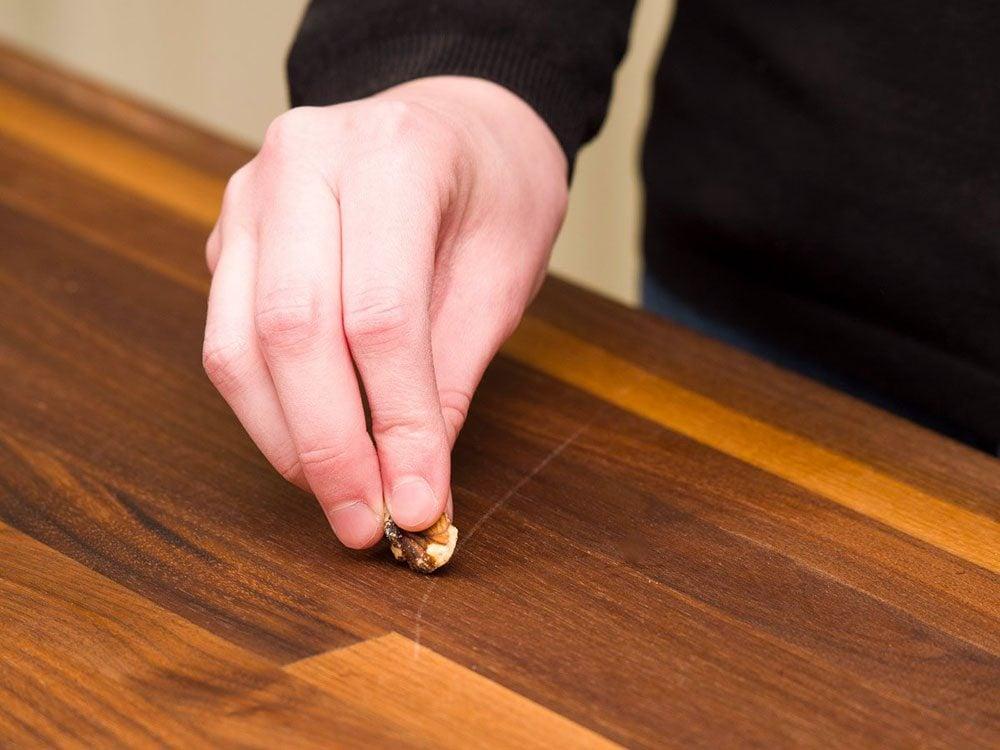 Nettoyer la maison: une teinture à la noix.