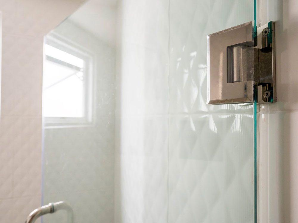 Nettoyer la maison: de l'huile pour bébé contre les résidus de savon.
