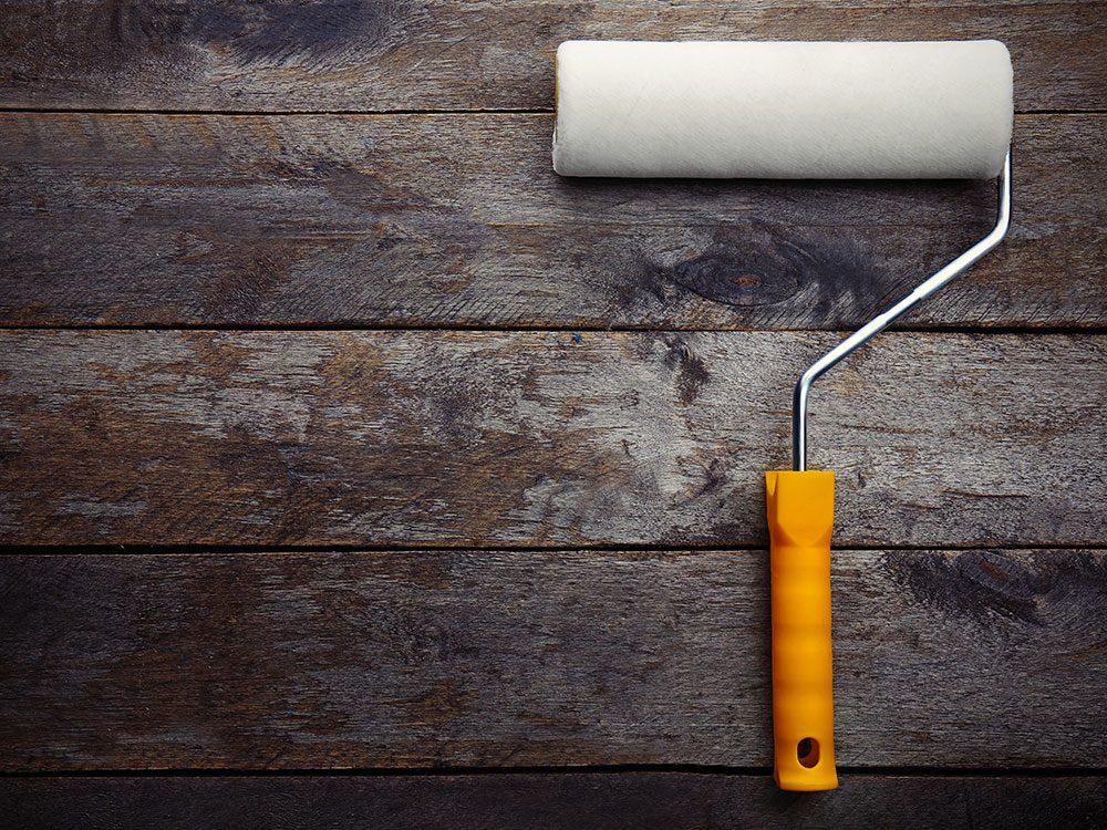 Nettoyer la maison: utilisez un rouleau à peinture propre pour lessiver vos murs.