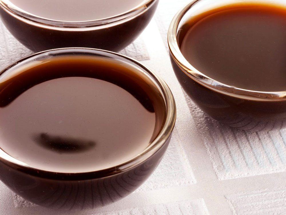Nettoyer la maison: de la de la sauce Worcestershire pour le cuivre.