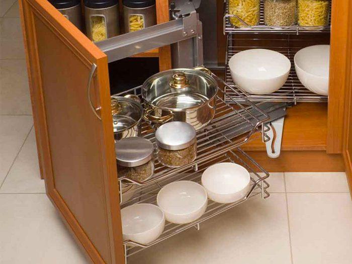 Des tablettes coulissantes dans les armoires pour organiser sa cuisine.