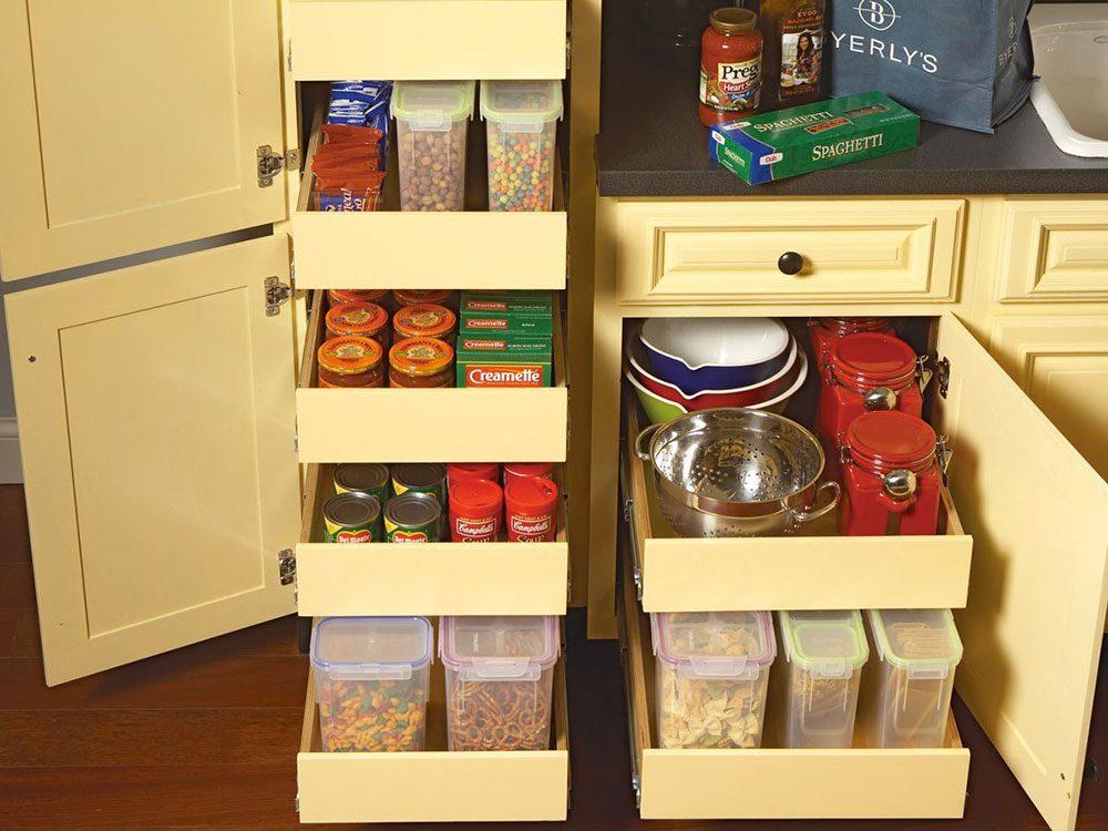 Une armoire de cuisine à tiroirs pour organiser sa cuisine.