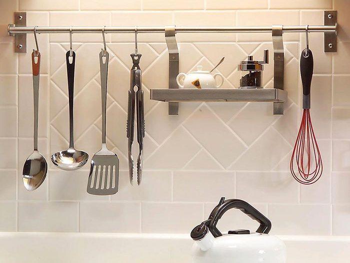 Une barre de crédence décorative de dosseret pour organiser sa cuisine.