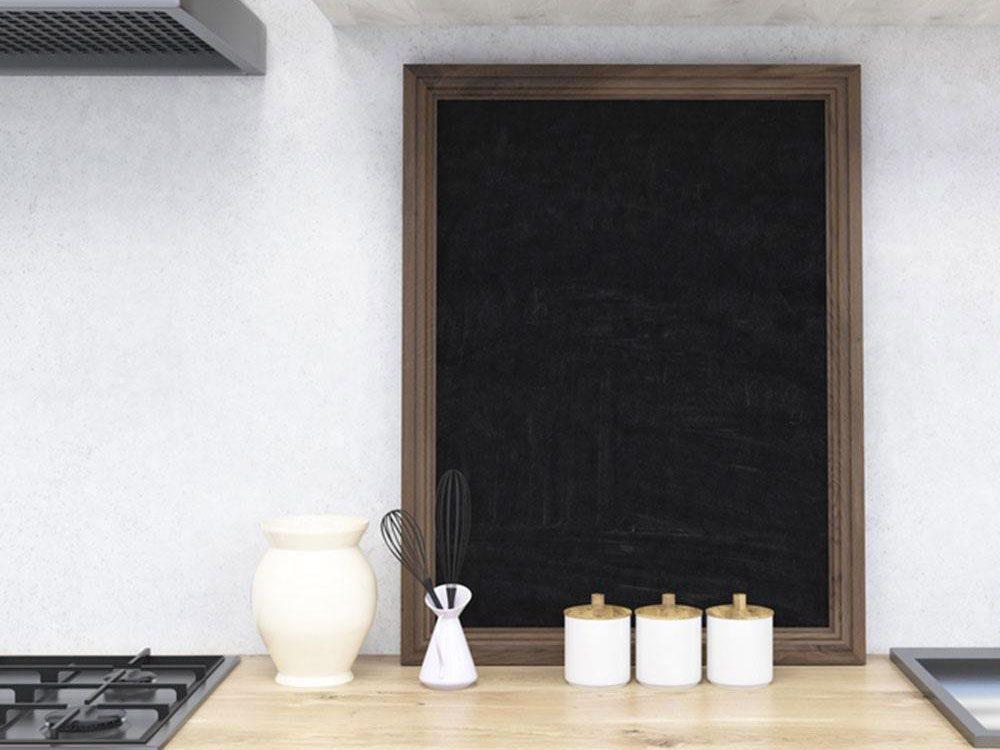 Un tableau noir à l'honneur pour organiser sa cuisine.