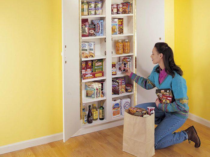 Un garde-manger intégré dans le mur pour organiser sa cuisine.