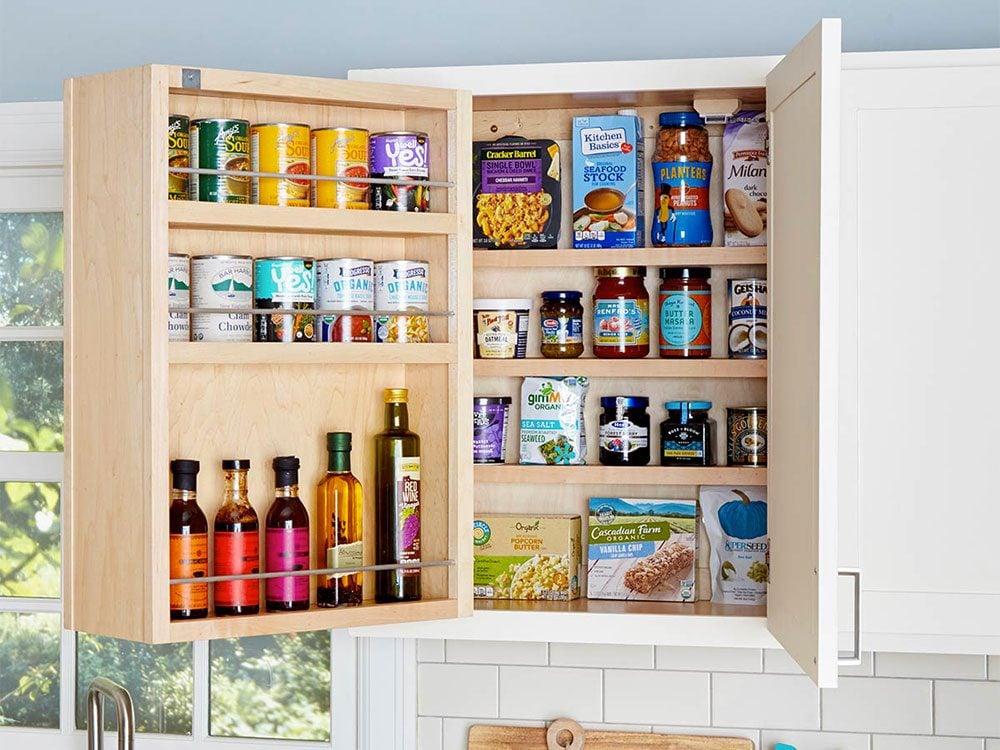 Avoir un garde-manger à panneau pivotant pour organiser sa cuisine.