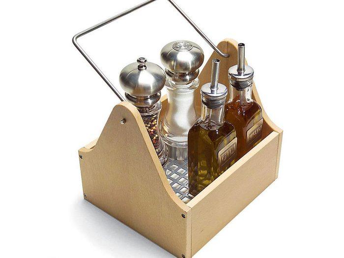 Prendre un panier-plateau pratique pour organiser sa cuisine.