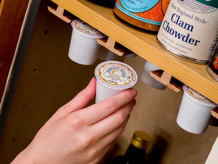 Un espace sur mesure pour les dosettes à café pour organiser sa cuisine.