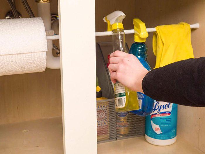 Un rangement astucieux sous l'évier pour organiser sa cuisine.