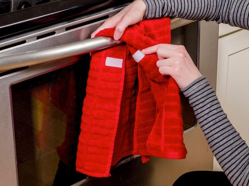 Des serviettes bien fixées pour organiser sa cuisine.