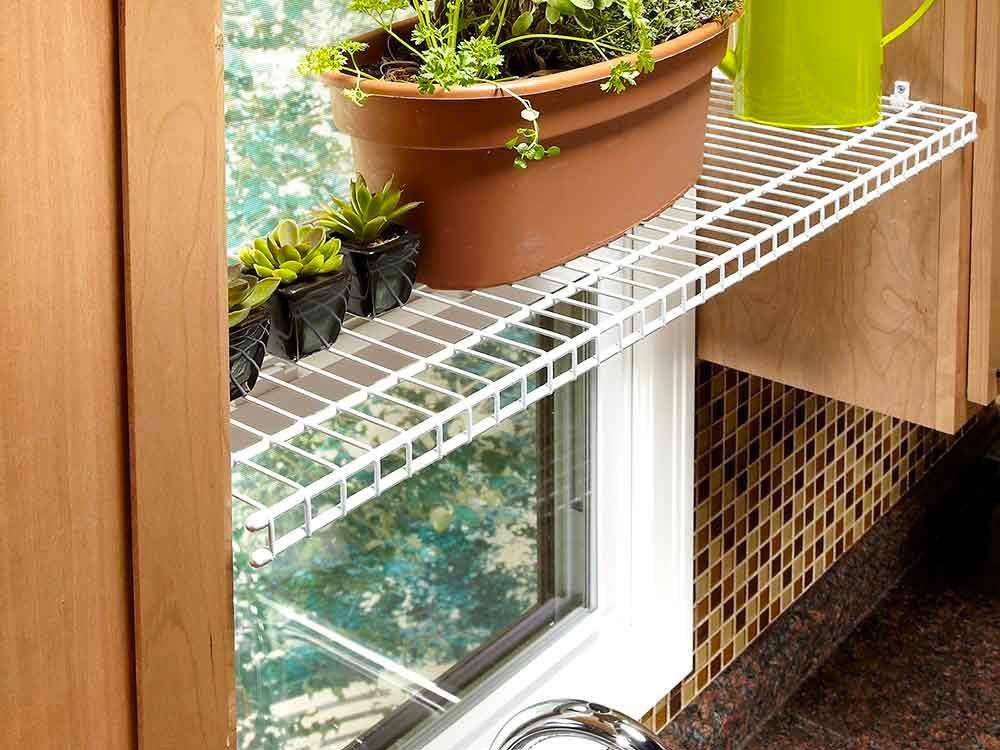 Une tablette de fenêtre pour les plantes pour organiser sa cuisine.