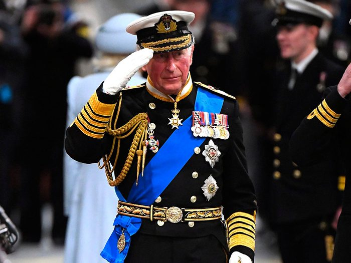 Si la Reine Elizabeth mourait, le Prince Charles deviendrait immédiatement roi.
