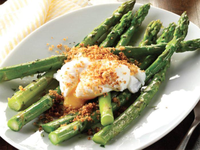 Régalez-vous avec cette recette d'œufs pochés aux asperges et à l'estragon.
