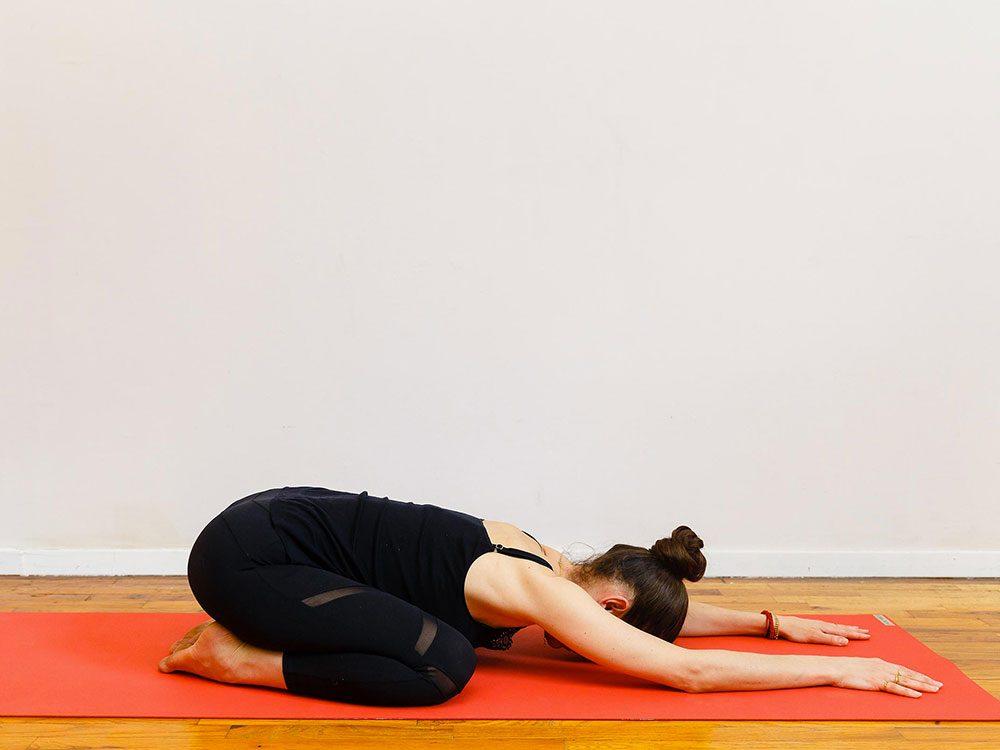 L'enfant somnolent est l'un des étirements de yoga à essayer pour une bonne nuit de sommeil.