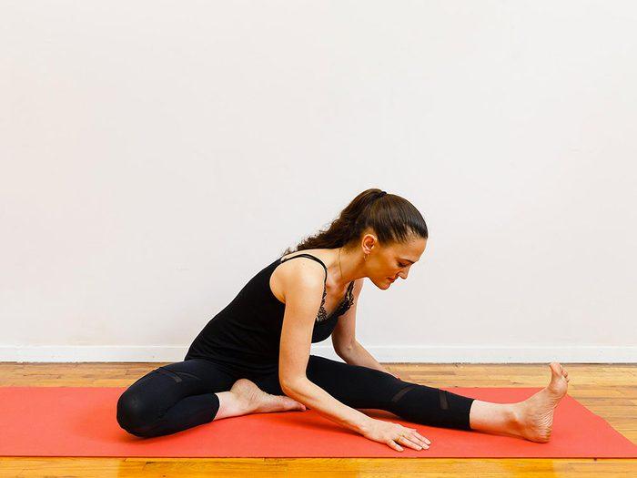 L'étirement genoux pliés est l'un des étirements de yoga à essayer pour une bonne nuit de sommeil.