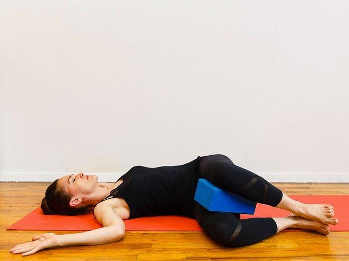 L'étirement en position latérale est l'un des étirements de yoga à essayer pour une bonne nuit de sommeil.