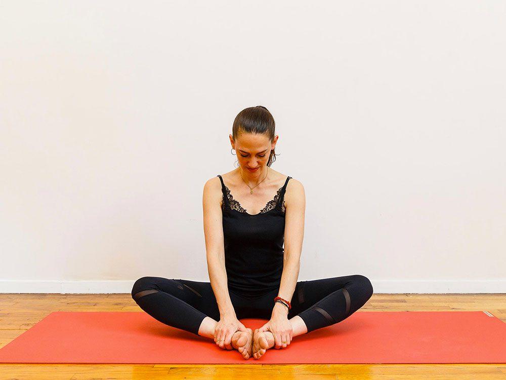 L'étoile flottante1 est l'un des étirements de yoga à essayer pour une bonne nuit de sommeil.