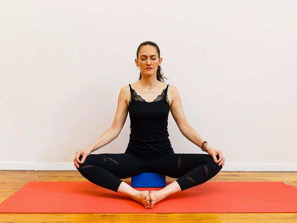 L'étoile flottante2 est l'un des étirements de yoga à essayer pour une bonne nuit de sommeil.