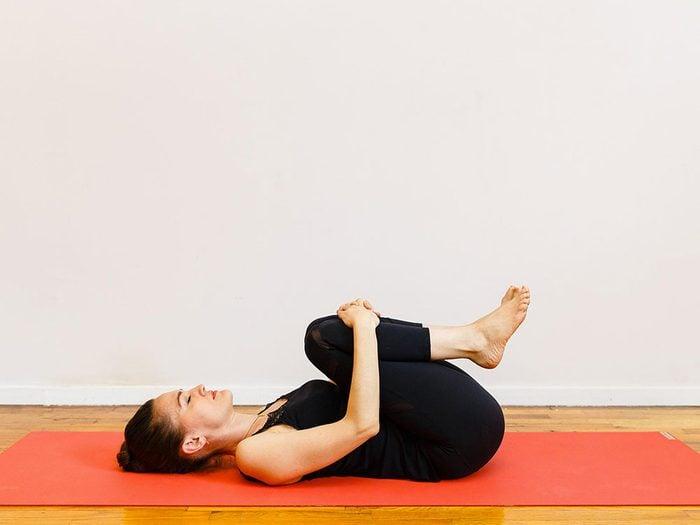 La posture pelotonnée est l'un des étirements de yoga à essayer pour une bonne nuit de sommeil.