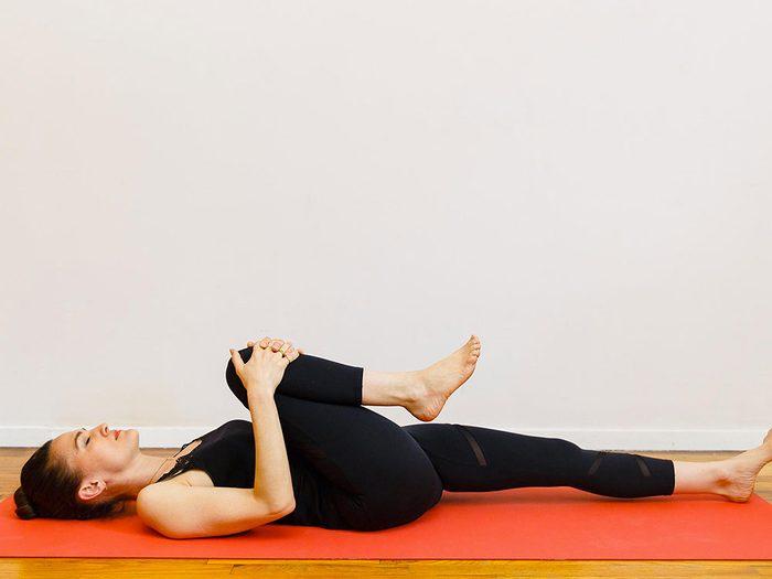 La préparation à la posture pelotonnée est l'un des étirements de yoga à essayer pour une bonne nuit de sommeil.