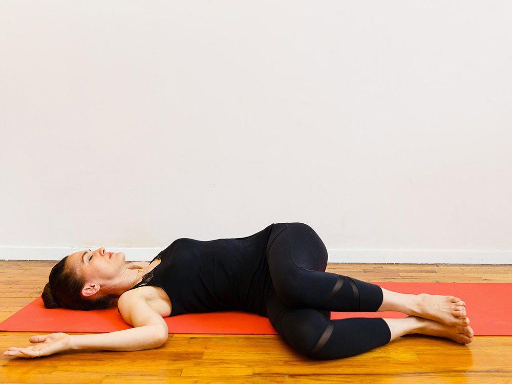 Le repos du corps est l'un des étirements de yoga à essayer pour une bonne nuit de sommeil.