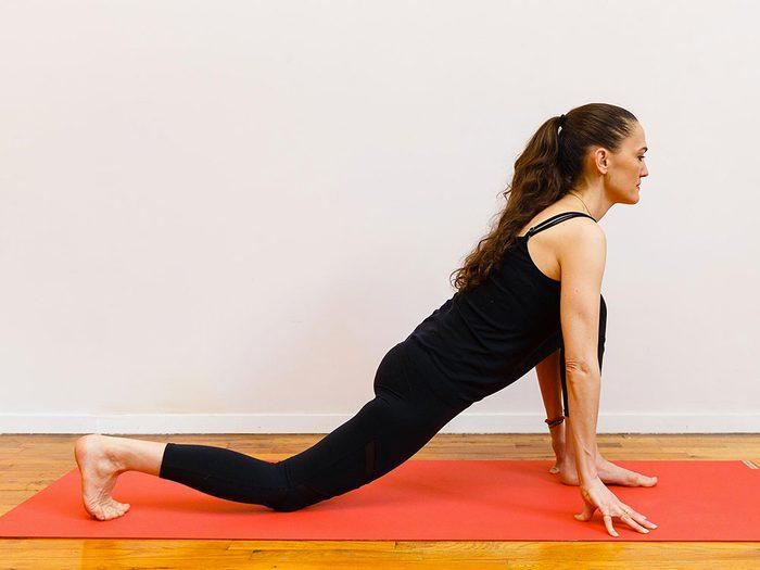 Le repos du croissant de lune est l'un des étirements de yoga à essayer pour une bonne nuit de sommeil.