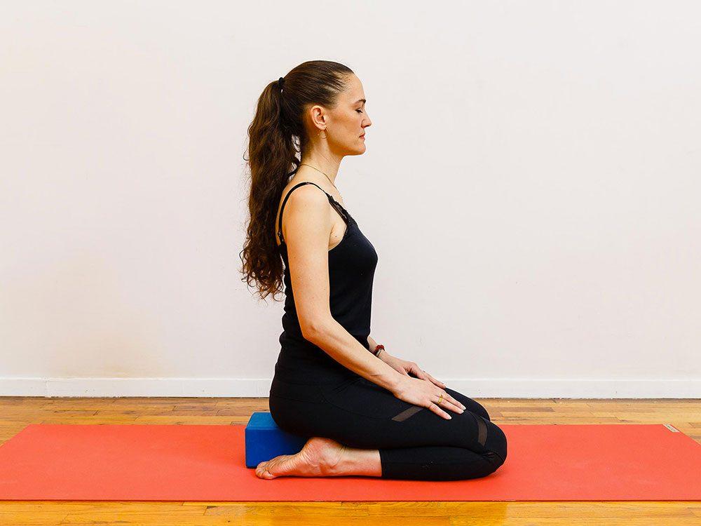 Le repos du héros est l'un des étirements de yoga à essayer pour une bonne nuit de sommeil.