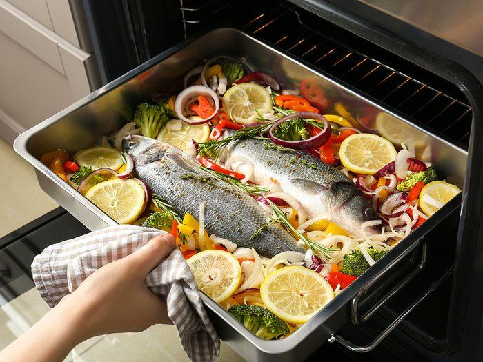 Grillez ou cuisez le poisson au four pour vivre jusqu'à 100 ans.