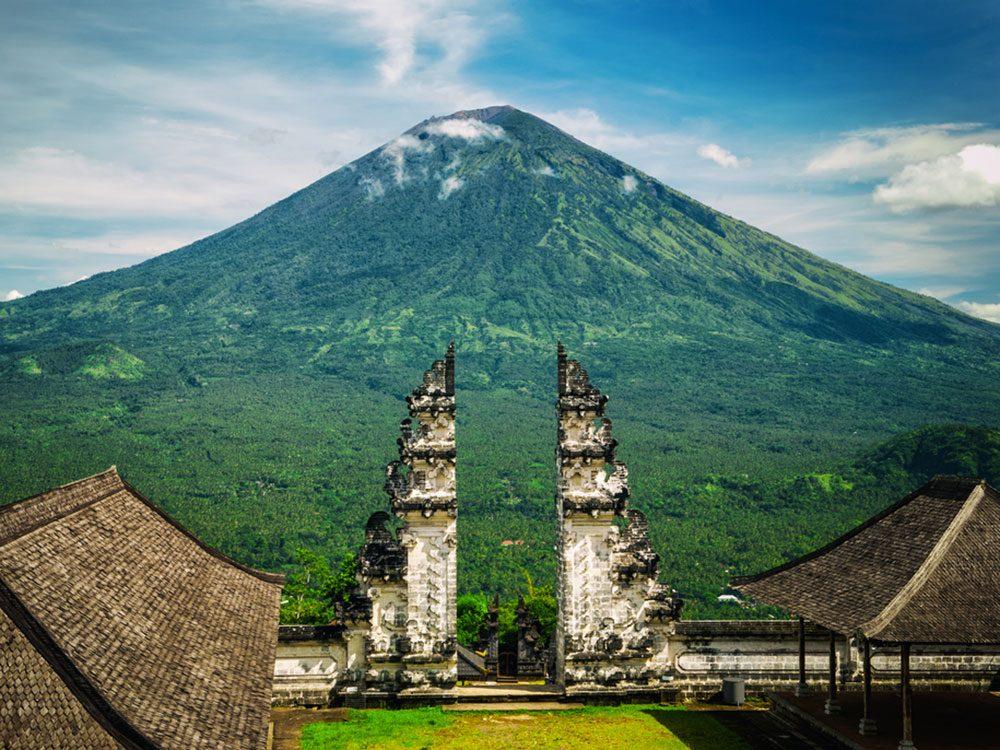 Visitez le volcan l'Agung en Indonésie.