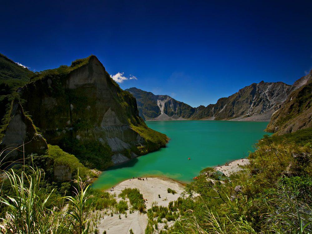 Visitez le volcan Pinatubo aux Philippines.