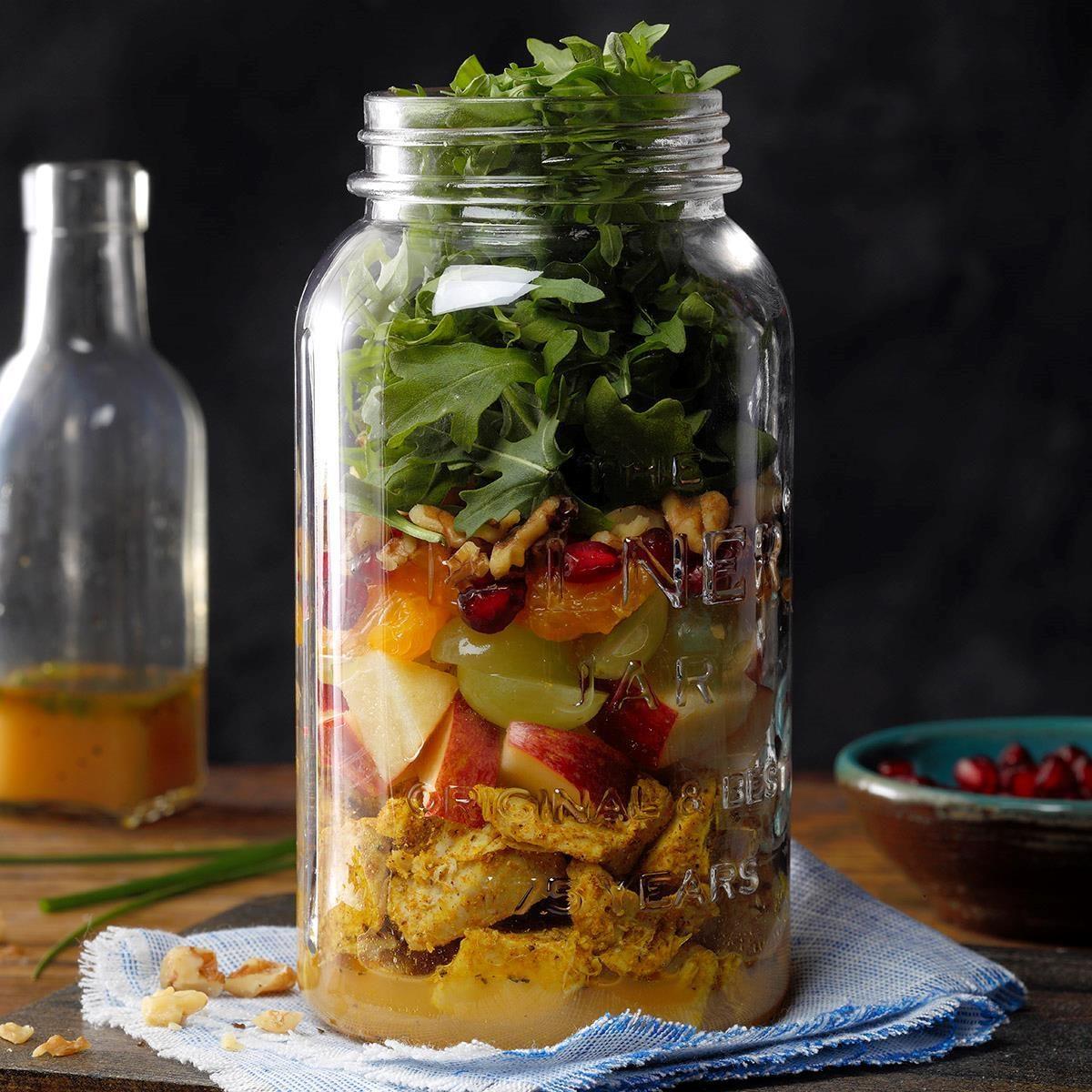 Salade de dinde, pommes et roquettes dans un pot.