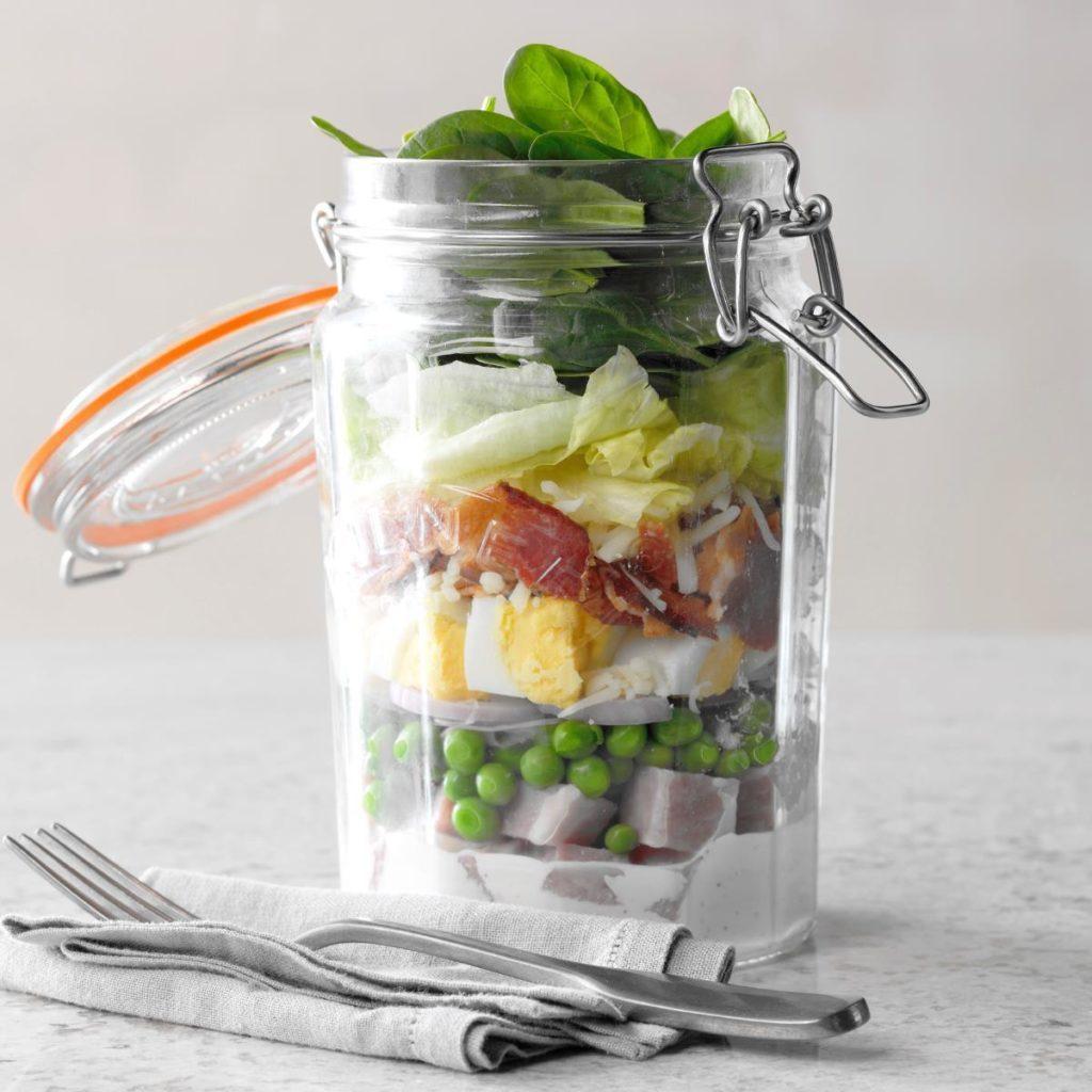 Salade de jambon et de fromage suisse, dans un pot.