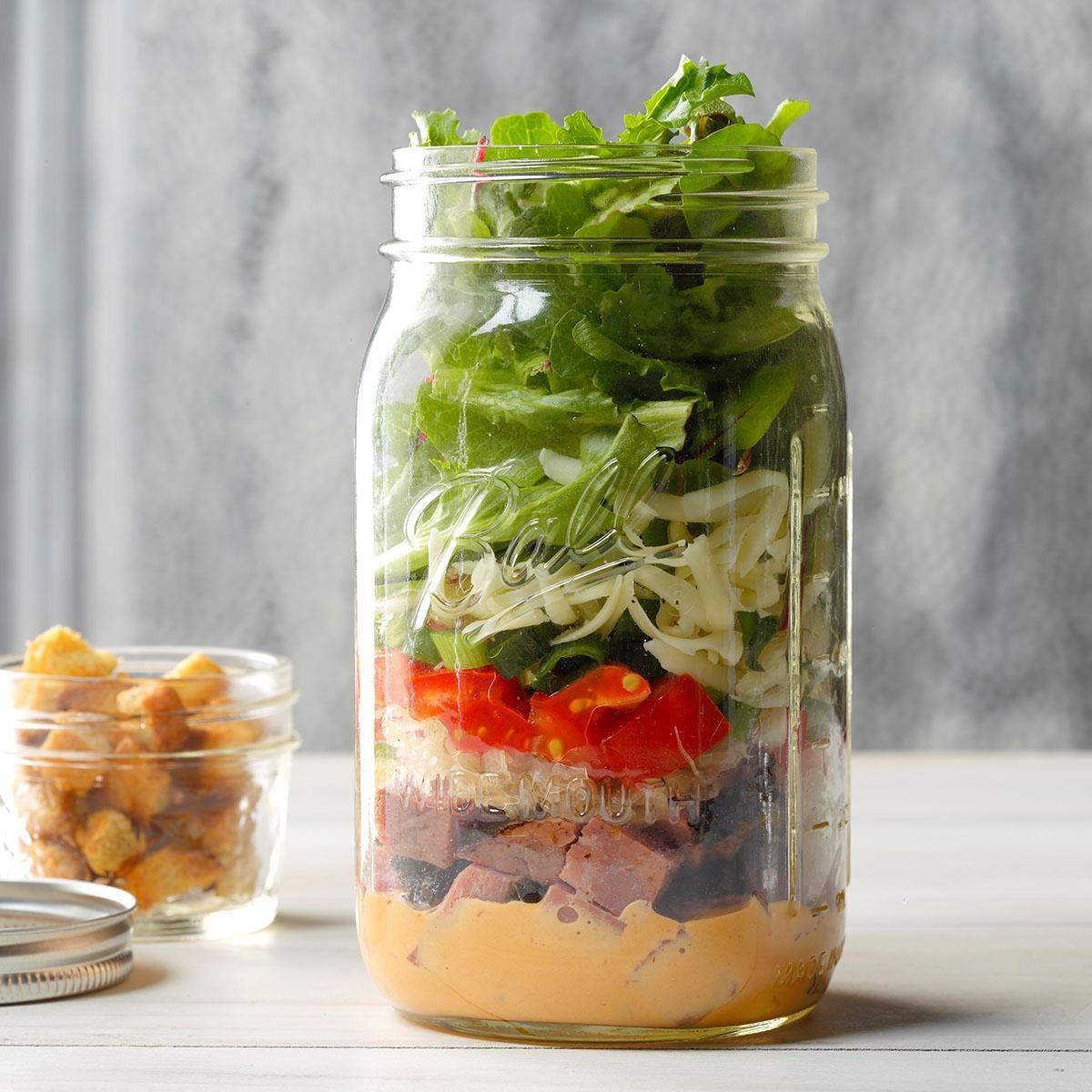 Délicieuse salade Reuben dans un pot.